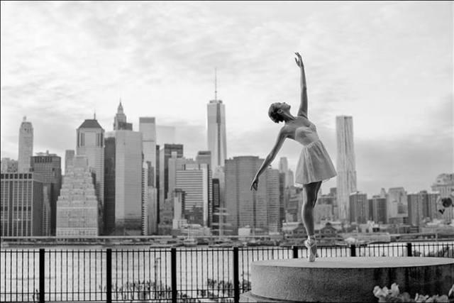 Ballerina Project: bailarina em frente ao skyline de Nova York.