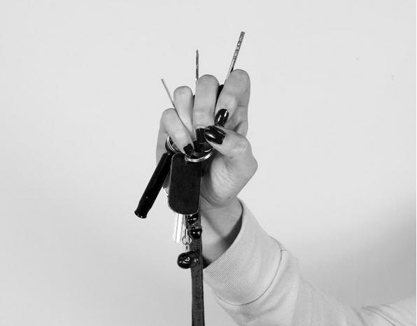 Mulher segura chave como arma para se proteger na rua.