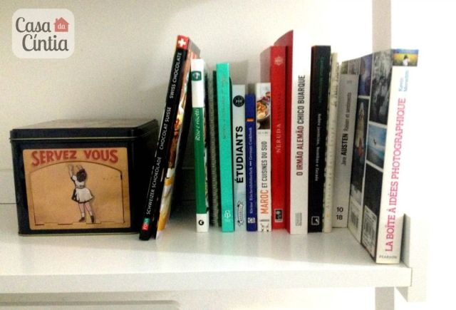 Decoração de escritório em casa: livros de receita e latinha de doces. Foto: blog Casa da Cíntia.