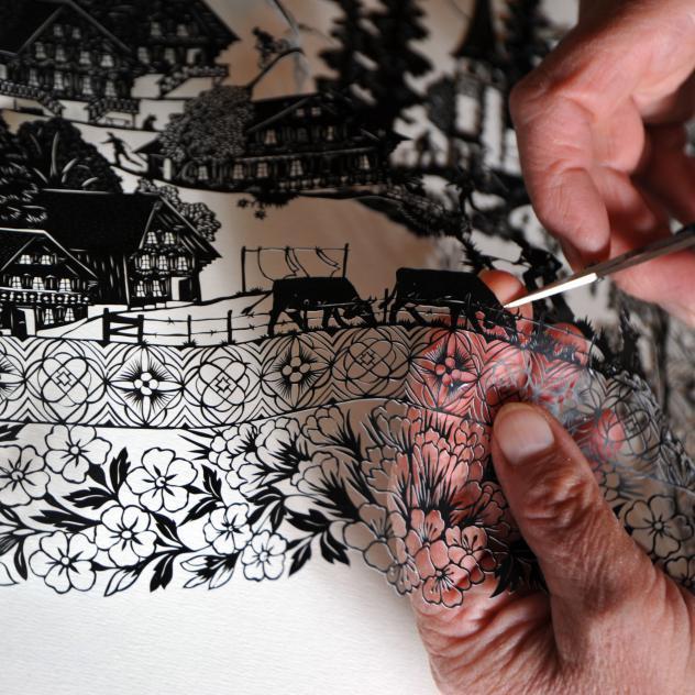Découpage: como se faz artesanato suíço de papel recortado com paisagens e cenas da vida alpina. Foto: Pays-d'Enhaut Tourisme.