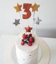 Bolos de mesversário do bebê da Lia Camargo, Fefê. Bolo de 3 meses, semi naked cake de chantininho com frutas vermelhas. Por Bolos da Cíntia.