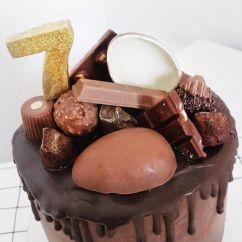 Bolos de mesversário do bebê da Lia Camargo, Fefê. Bolo de 7 meses, Chocolate Drip Cake de Páscoa. Por Bolos da Cíntia.