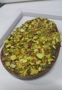Ovo de páscoa de colher recheado com brigadeiro de pistache. Foto: cintiacosta.com