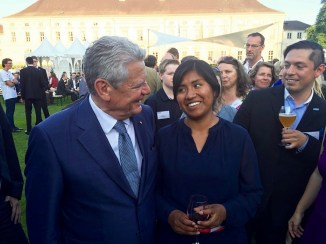Exchange between Joachim Gauck, Federal President, and our course participant Fany Ramos Quispe from Bolivia.
