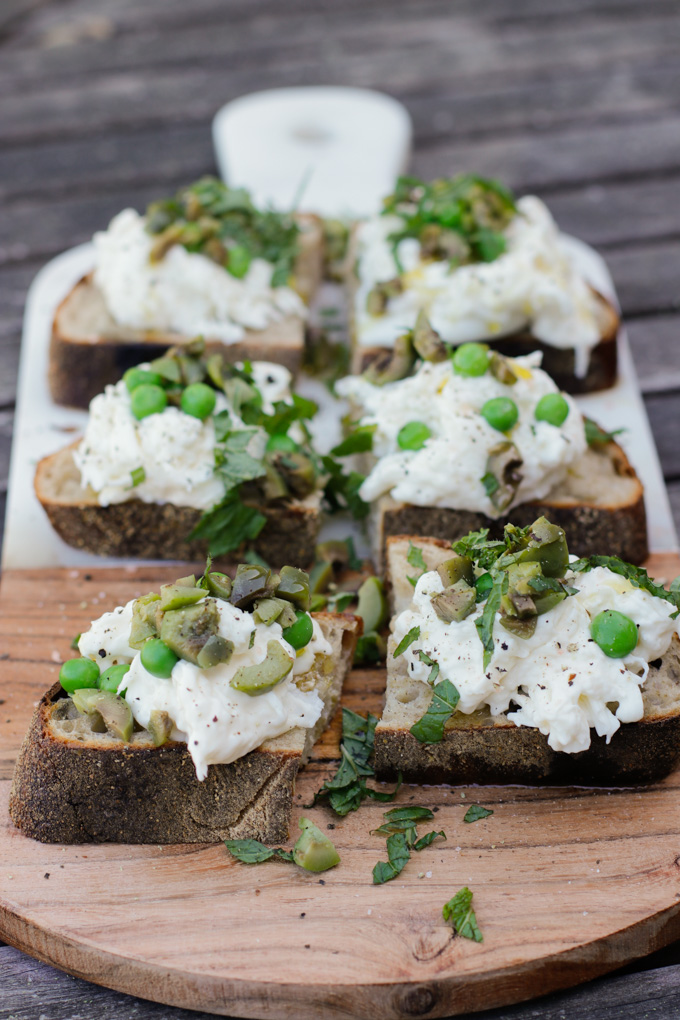 Burrata Crostini with Peas, Mint and Olives - easy and delicious appetizer recipe. Just 5-ingredients! Do delicious for Spring. | circleofeaters.com