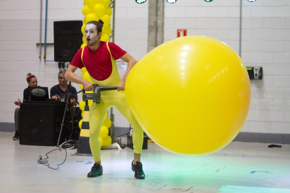 Atração Mr. Balão show com balão gigante inovador e engraçado em comemoração empresarial com os funcionarios da Latecoere do Brasil SP.
