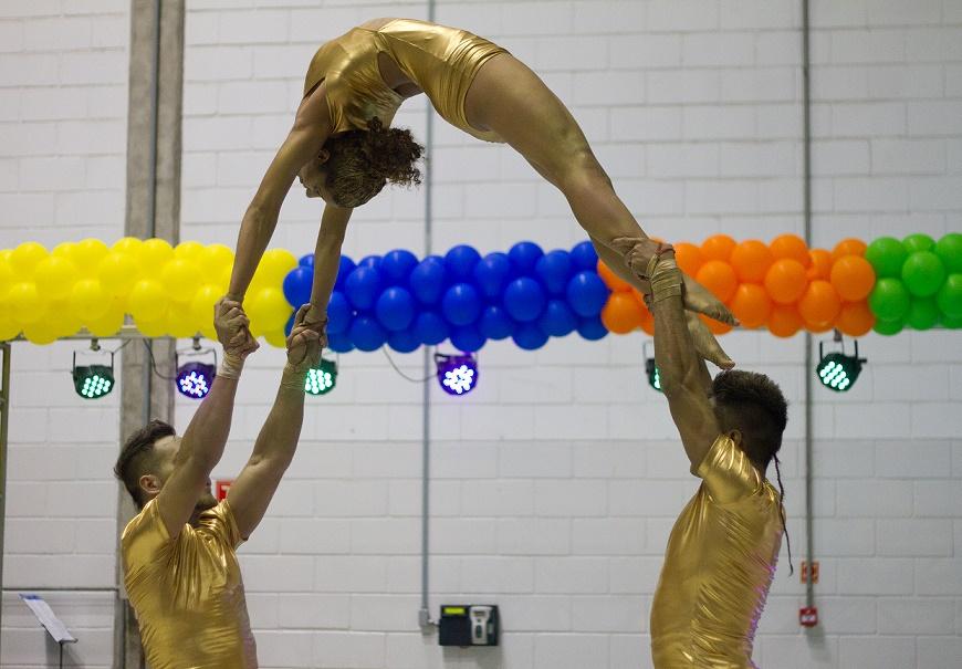 Acrobatas Dourados show impactante com produção de pintura corporal e figurinos dourados. Apresentação em evento comemoração empresarial Latecoere SP.