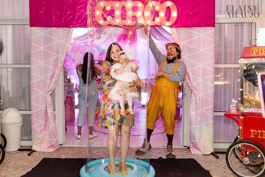 Show participativo convidados dentro de uma bolha de sabão gigante em aniversario de um ano no Rio de Janeiro.