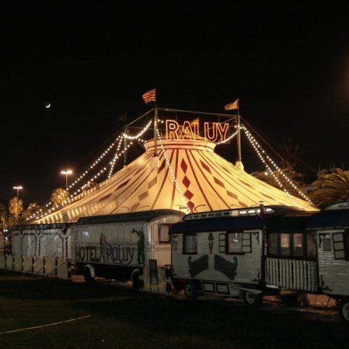 Carpa del Circo Raluy de noche con carromatos