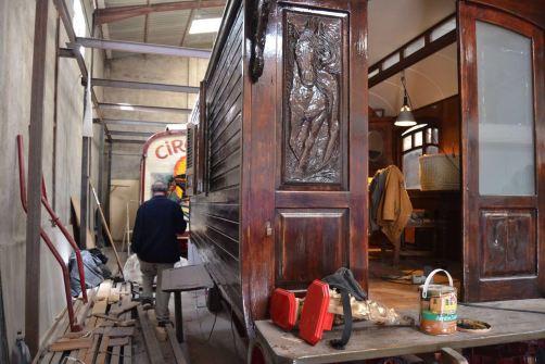 Luís Raluy supervisa junto a Jean Cristophe la restauración de carromatos del Circo Raluy