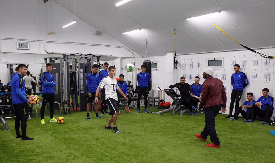 Iya Traoré del Circo Raluy con los jugadores del RCD Espanyol