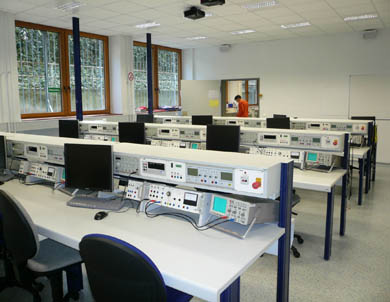 Student workplaces in the Dortmund lab are equipped for basic training in analog electronics.