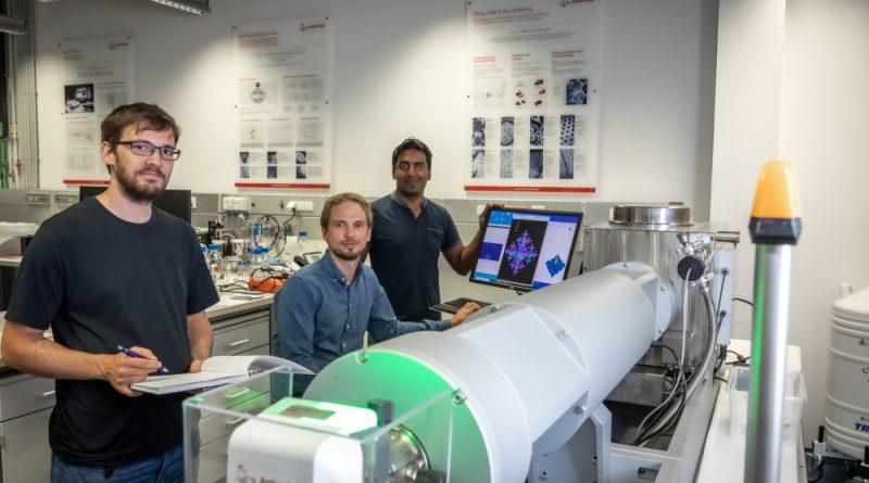 Harald Fitzek, Christian Prehal und Qamar Abbas (v.l.) an der SAXS-Anlage SAXSpoint 2.0 (Anton Paar GmbH): Mit ihrer Arbeit an der TU Graz liefern die Forscher neue Erkenntnisse über hybride Superkondensatoren. Foto: Lunghammer – TU Graz