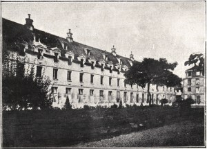 Exterior view of the front and left side of the La maternité de Paris