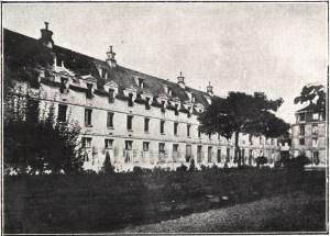 Exterior view of the front and left side of the La maternité de Paris