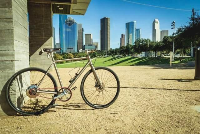 vélo posé devant parc et building