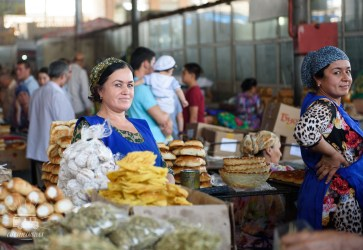 Next, one of our favorite sights in a town: the market. And this one is one of our favorites! Everybody smiles at us and gives us a true warm welcome into Tajikistan!