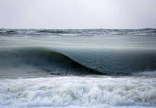 海洋半冰半水的样子不常见,就好像一整片海洋都被分离了。