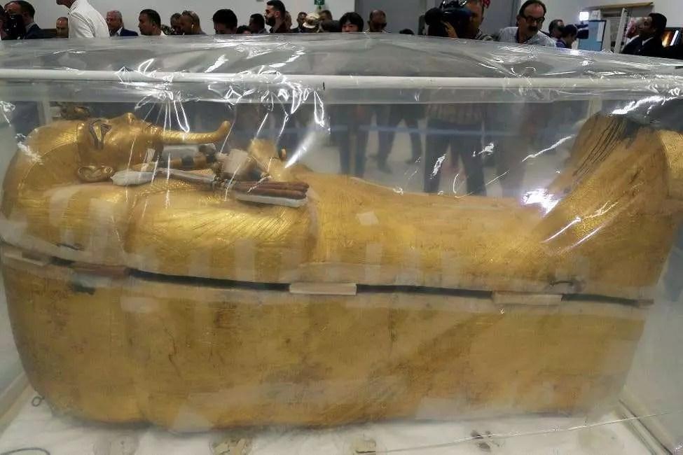 En Egipto trabajan para devolver el lustre al sarcófago de Tutankamón
