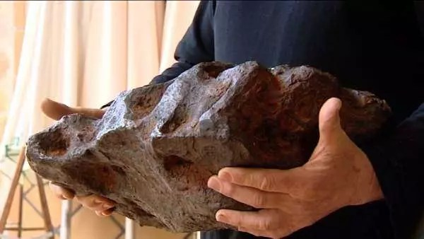 Científicos descubren extraño mineral dentro de meteorito