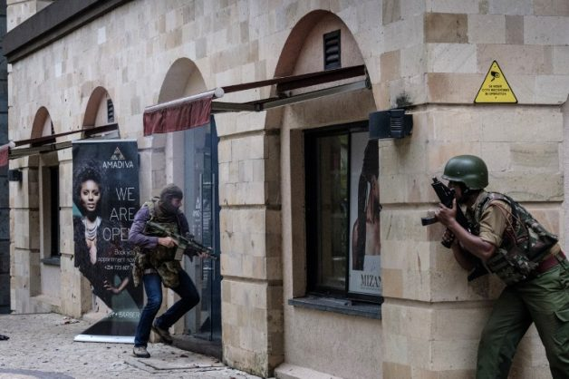 Kenyan security forces enter the building attached to the DusitD2 hotel in Nairobi, Kenya, on January 15, 2019, after a blast followed by a gun battle rocked the upmarket hotel and office complex. (Photo by KABIR DHANJI / AFP)