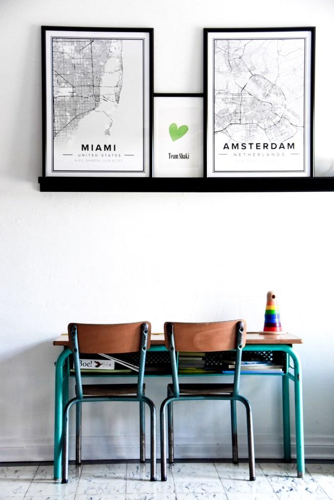 Kinderkamer, met posters Amsterdam en Miami