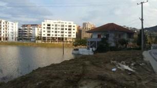 Vilë e ndërtuar mbi liqen. Tirane. Citizens Channel