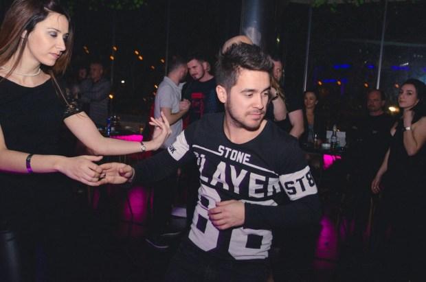 Besi Ymeri duke kërcyer salsa në një nga lokalet e Tiranës. Foto: Private Citizens Channel