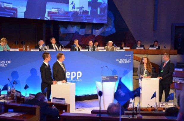 Marsida Bandilli në debatin mbi të ardhmen e Europës organizuar Parlamenti Europian, ku e pranishme ka qenë edhe kancelarja Merkel. Foto: Private Citizens Channel