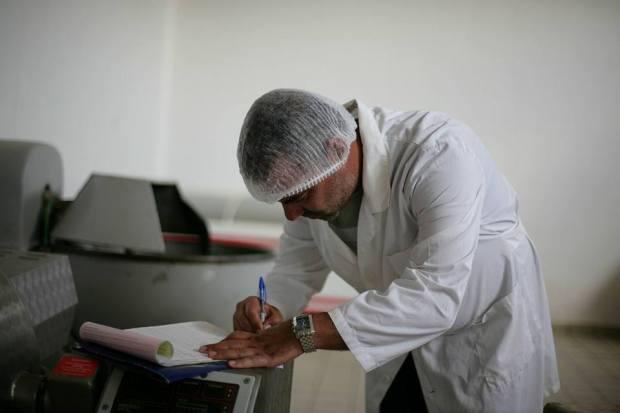 Inspektor i AKU gjatë një kontrolli në një dyqan mishi në qytetin e Peshkopisë. Foto: AKU DIBER Citizens Channel