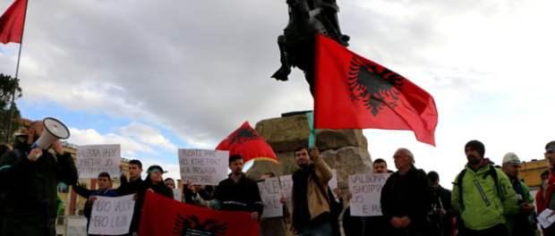Protestuesit në Sheshin Skënderbej. Foto: Artes Ferruni