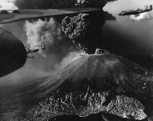 Bombardiers B-25 au-dessus de l'éruption du Vésuve, 1944