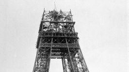 Construction de la tour Eiffel pour l'exposition universelle de 1889 a Paris : le 2e niveau est atteint : état des travaux fin décembre 1888 --- building of the Eiffel Tower in Paris for world fair in Paris in 1889 here in late december 1888