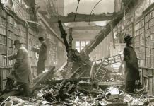 Lecteurs à la bibliothèque de Holland House endommagée par les bombes, Londres 1940