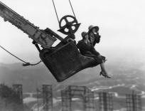 Deux Élégantes embrassent le paysage de Los Angeles installées dans une pelleteuse au-dessus du signe Hollywood, 1924