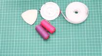Bahan yang diperlukan lainnya: Benang sesuai warna kain, karet elastis, jarum pentul, fabric marker/ chalk