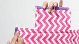 Untuk membentuk kerangka menjadi kotak, satukan siku-sikunya dan jahit di atas garis