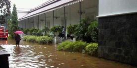 Balai Kota DKI Jakarta yang merupakan kantor dari Pak Jokowi juga ikut terendam.