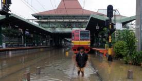 Stasiun Kereta Api Tanah Abang juga tidak dapat beroperasi karena relnya digenangi air.
