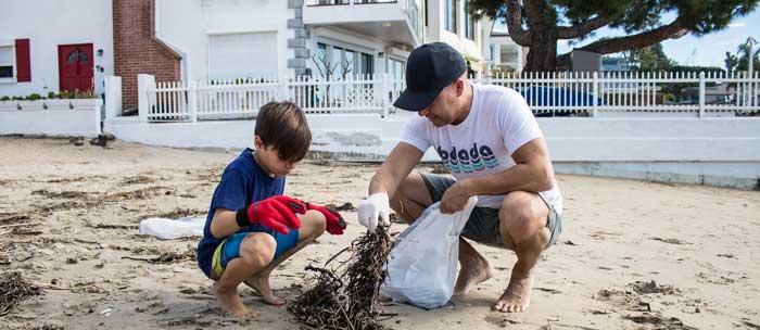 fodada kidscholly picking up trash on the beach