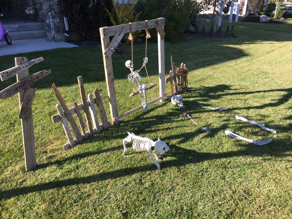 DIY Halloween Pallet Fences