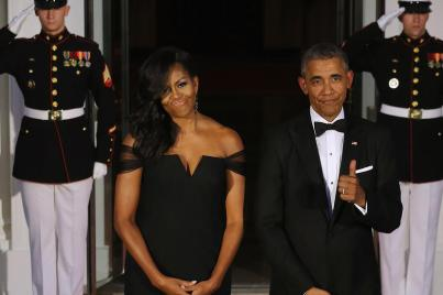 WASHINGTON, DC - SEPTEMBER 25: U.S. President Barack Obama gives the thumbs-up when talking about how U.S. First Lady Michelle Obama looks while waiting on the North Portico for the arrival of Chinese President Xi Jinping and his wife Madame Peng Liyuan ahead of a state dinner at the White House September 25, 2015 in Washington, DC. Obama and Xi announced an agreement on curbing climate change and an understanding on cyber security. (Photo by Chip Somodevilla/Getty Images)