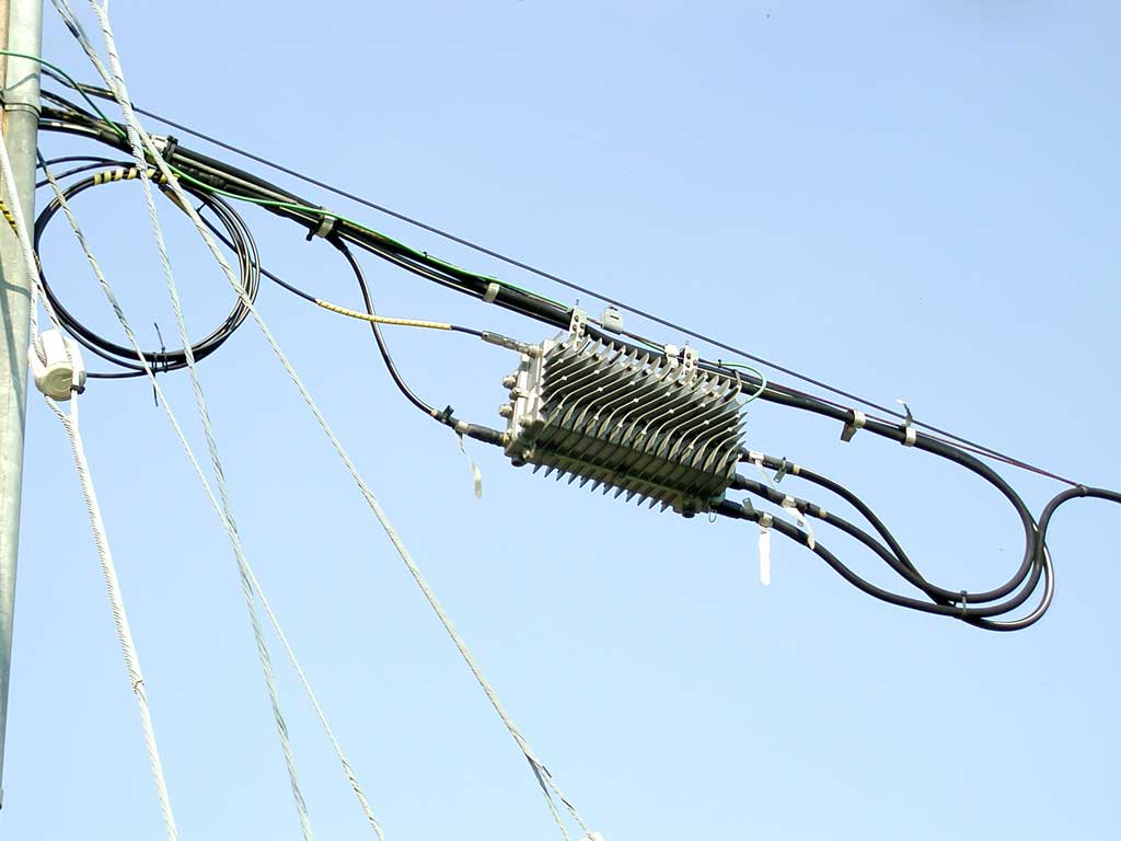 hight resolution of this is an aerial optical node the fibre enters at the left top and there are three trunks exiting at the right side trunk cables are thicker than line