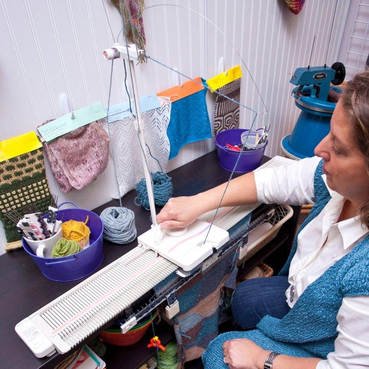 Knitter operating machine