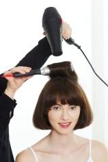 Sprednje lase posušite naprej, proti obrazu, da bodo mehko uviti in bodo videti modni. // Foto: Beiersdorf AG