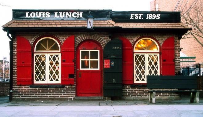 Prvi hamburger  nej bi leta 1900 postregel Louis Lassen na svoji majhni stojnici, imenovani Louis' Lunch v Connecticutu, ki še danes slovi kot prodajalna enih izmed najboljših burgerjev na svetu. Foto: Luis lunch