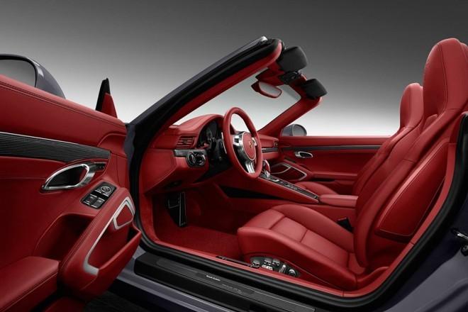 """Notranjost je odeta v kričečo rdečo """"Carrera Red"""" barvo , dodani pa so tudi številni dodatki iz aluminija in karbona."""