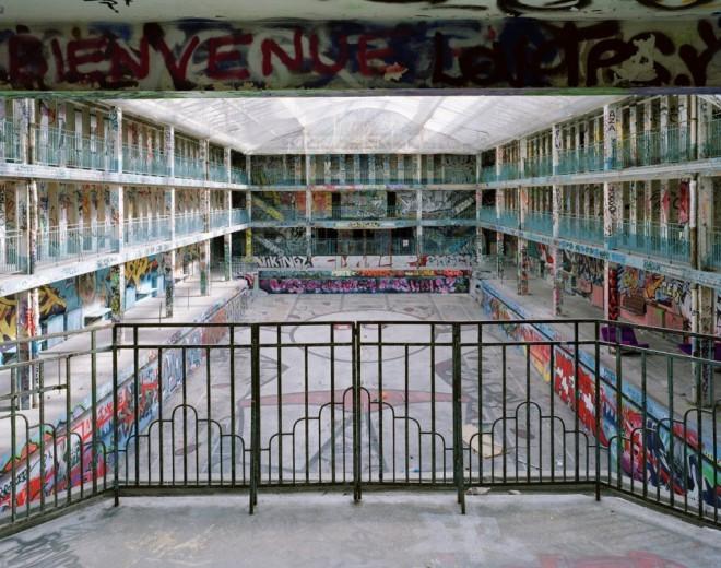 Barvite fasade in z grafiti porisana notranjost bazena je popolnoma spremenila podobo nekdaj znamenitega luksuznega hotela.