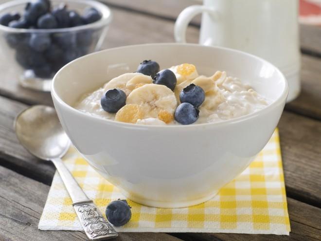 Kosmiče lahko obogatimo s svežim sadjem in jogurtom.