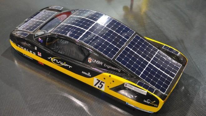 Če vozilo stoji na močnem soncu za osem ur, se fotovoltaični sistem napolne dovolj za dve uri vožnje.